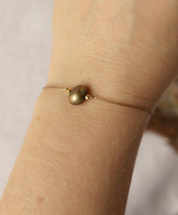 Bransoletka z zieloną perłą hodowlaną - Perełka na rękę ze złotymi koralikami