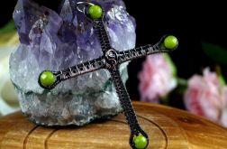 Krzyżyk, miedziany wisior z agatem zielonym