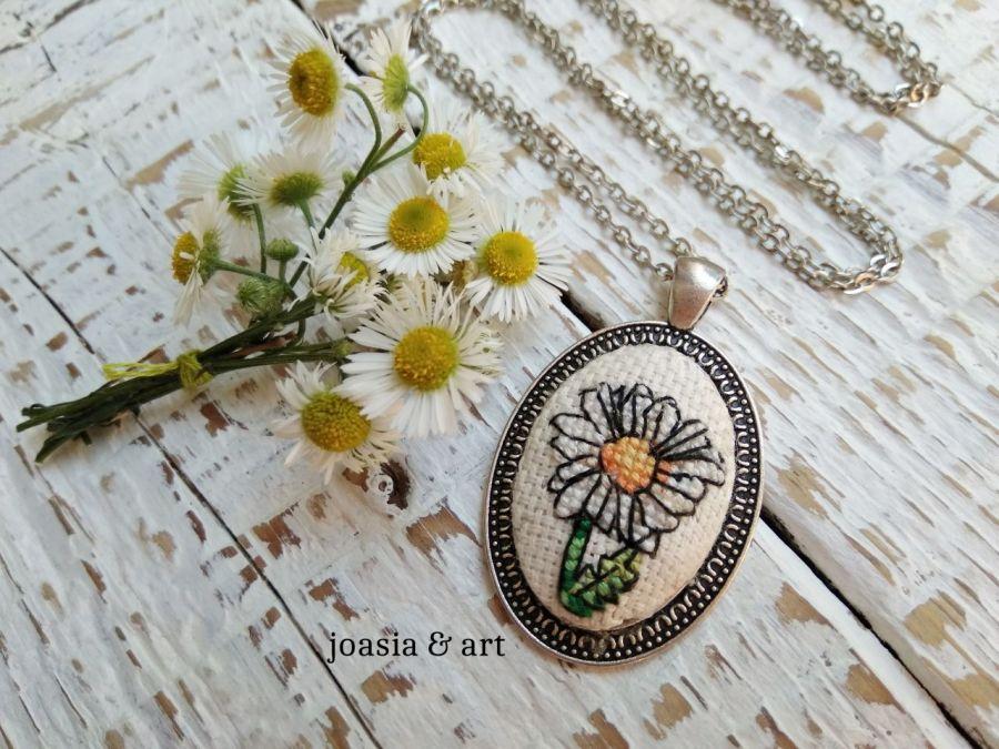 naszyjnik z haftem rumianka