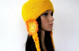 żółta czapka z nausznikami i warkoczami