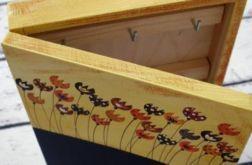 drewniane pudełko na klucze z tablicą rysunkową tulipany