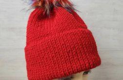 Czerwona gruba czapka z pomponem
