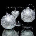 Bombka szklana srebną z malowaną ornamentyką.