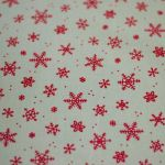 Obrus beżowy w czerwone gwiazdki