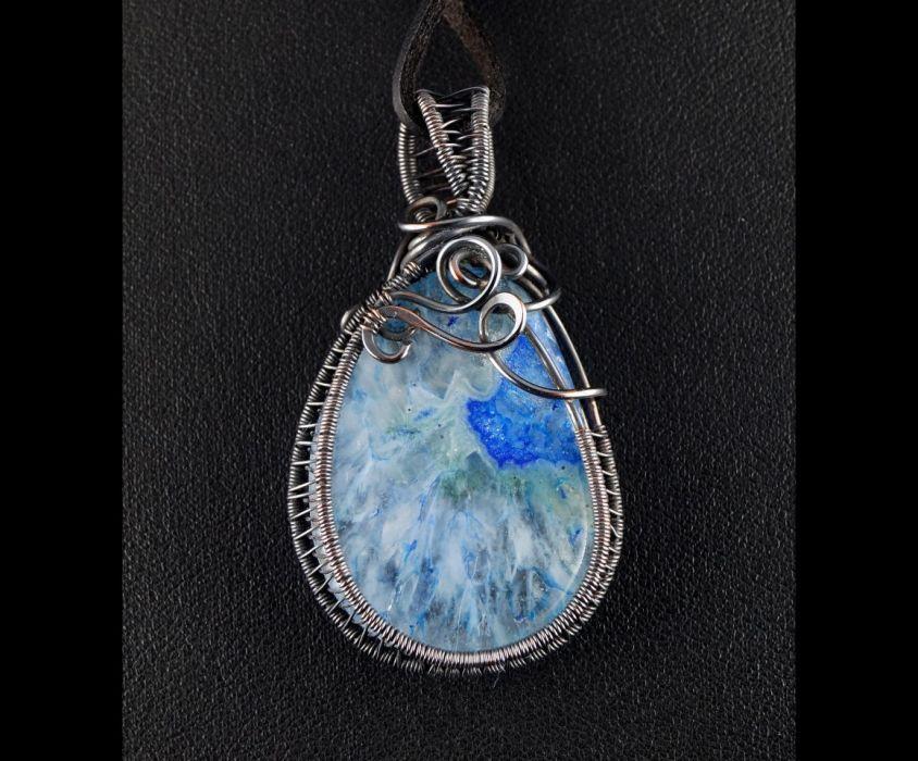 Agat, Miedziany wisior z agatem niebieski