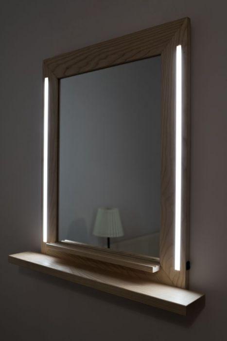 Lustro w jesionowej ramie z oświetleniem LED.