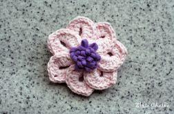 Broszka z bladoróżowym kwiatkiem