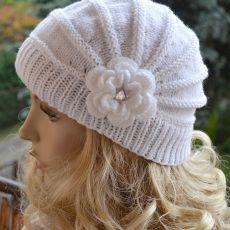Biała czapka z dużym kwiatkiem