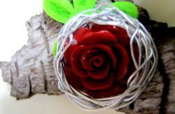 BROSZKA. Róża z korala - metaloplastyka