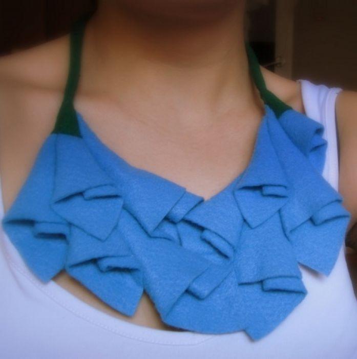 Filcowy naszyjnik niebieski