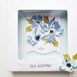 Kartka UNIWERSALNA z niebieskimi kwiatami - Niebiesko-biała kartka z kwiatami