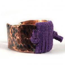 Regulowany miedziany pierścionek z rzemieniem.