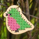 Brelok - Aida - breloczek drewniany, brelok do kluczy, prezent dla mamy, brelok haftowany, haft krzyżykowy