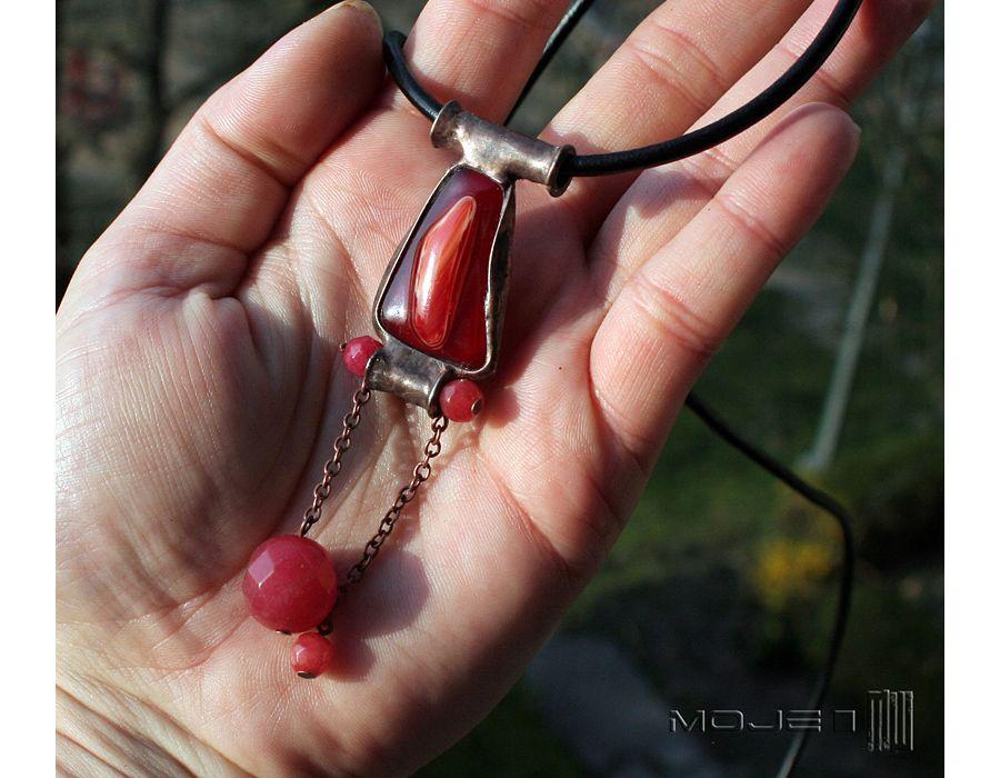 Czerwień w szkle i marmurze - wisiorze szkła i miedzi