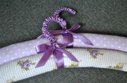 Dwa fioletowe wieszaki pachnące lawendą