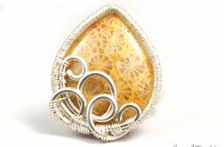 Srebrny pierścionek ze skamieliną koralu