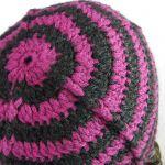 Czerń i fiolet - czapka i mitenki - z tyłu