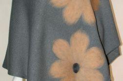 Ponczo wełną zdobione w kwiaty 2