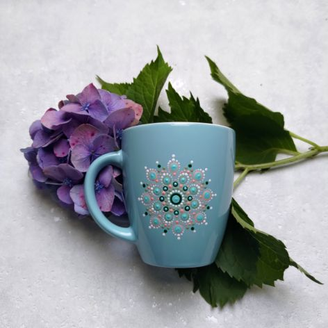 Ręcznie zdobiony kubek z motywem mandali niebieski
