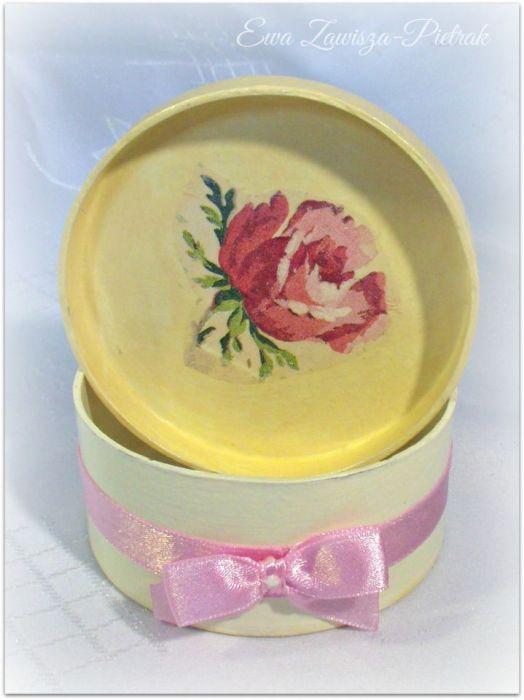 Pudełko okrągłe z różą - Pudełko z różą