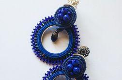 Niebieskie koła z ozdobnymi sztyftami