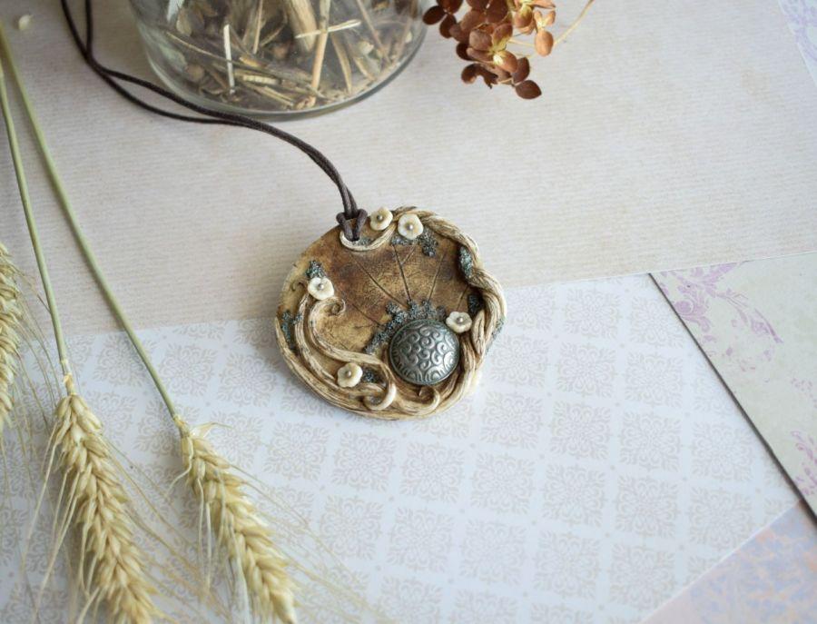 Wisior medalion ze stylowym guzikiem