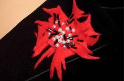 Czerwona broszka z perełkami i koralikami