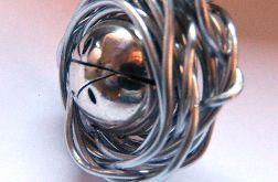 Ekstrawagancki wisior, srebrna kula w drucie