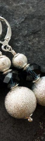 Heka - kolczyki z granatowym paciorkiem