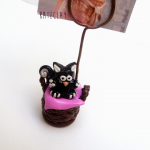 Trzymadełko na zdjęcie - czarno-biały kociak na poduszcze