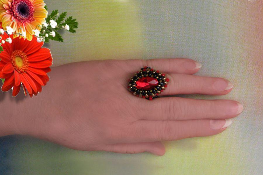 Pierścionek z czerwonym oczkiem.