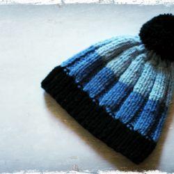 Pasiasta czapka z pomponem