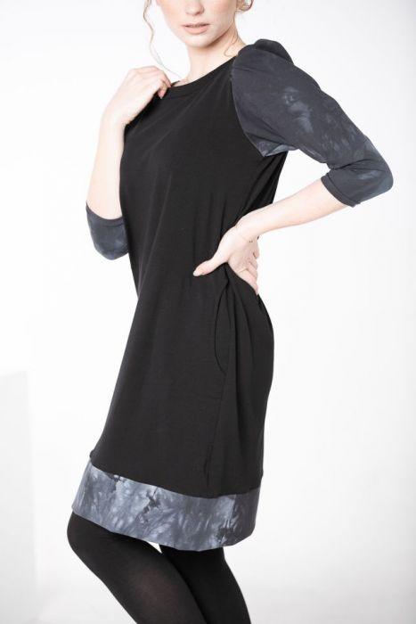 Sukienka czarna z marszczonymi rękawami - luźna sukienka