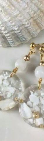 Kolczyki z żywicy, pozłacane z masą perłową