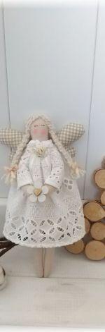 Aniołek w haftowanej sukience