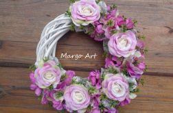 Wianek z kwiatową dekoracją w różu