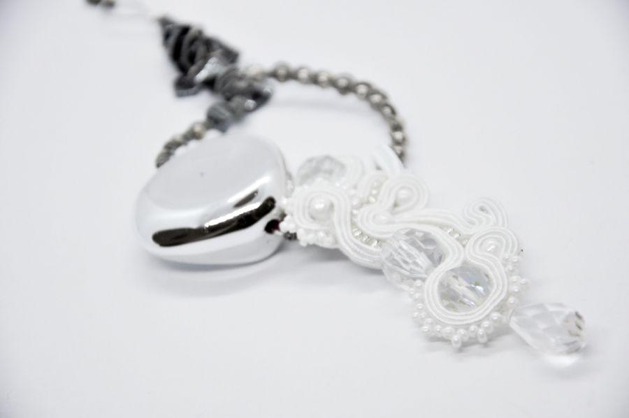 Biały wisior o bardzo nieregularnym kształcie