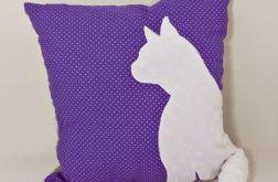 Poduszka z kotem i ogonem 3D na fioletowym