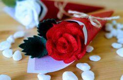 Róża z filcu w rożku - czerwony