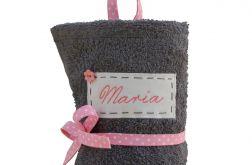 szary ręcznik do przedszkola imię różowy
