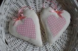 Serduszko romantyczne z białego lnu z różową aplikacją w groszki