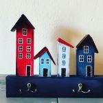 Wieszak- kolorowe, drewniane domki - domki w czerwono niebieskiej kolorystyce