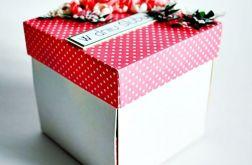 Różowe pudełko z tortem
