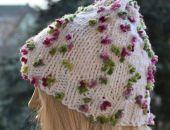 Biała czapka z różowo-zielonymi kwiatkami