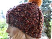 Cieła czapka w warkocze z pomponem rudy i czerwony