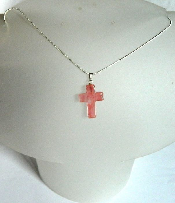 Kwarc różowy, nieduży krzyżyk z nefrytu -