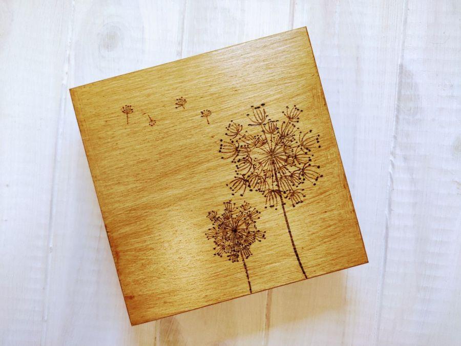 Drewniana skrzynka na drobiazgi z dmuchawcami
