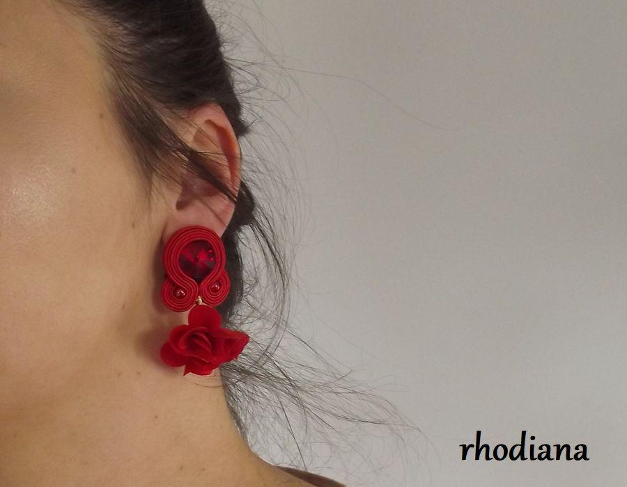 Czerwone z kwiatowym Chwostem kolczyki sutasz - Czerwone kolczyki sutasz kwiatowy chwost rhodiana sutasz na uchu