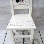 białe krzesełko z oparciem kot