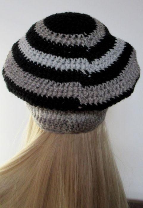 Szaro-czarny ozdobny beret z kwiatkiem